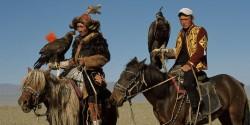 Cavaliers et chevaux Kazakhs avec des faucons